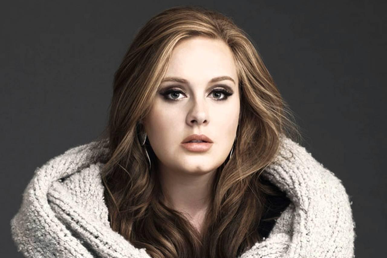 Adele tiene afectadas sus cuerdas vocales