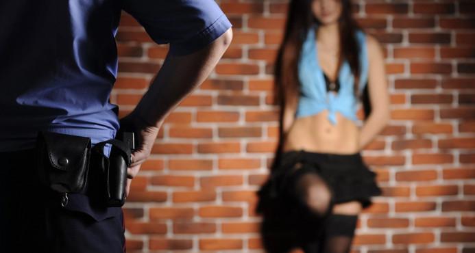 Acusan policía por acostarse con prostitutas dominicanas ilegales y de otros países que investigaba