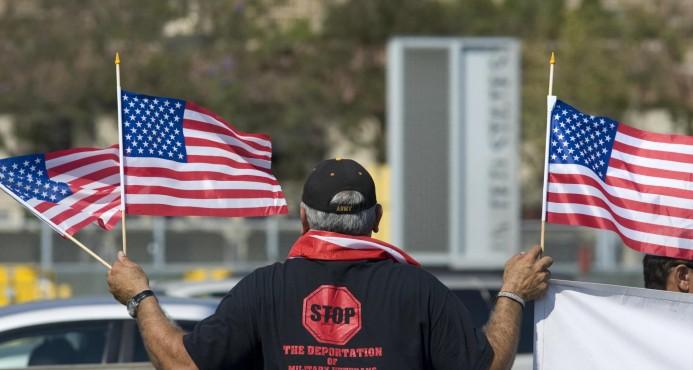 Veteranos de EE.UU. deportados marchan en la frontera con motivo del 4 de Julio