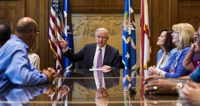 """Fiscal general de EE.UU. condena """"trágico"""" asesinato de policía en Nueva York"""