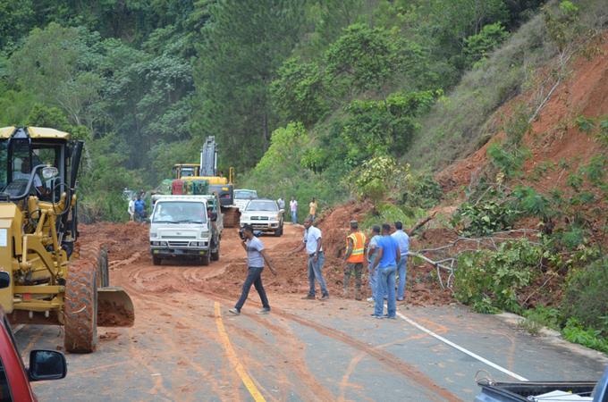 Reparan los derrumbes en carretera de Casabito Constanza