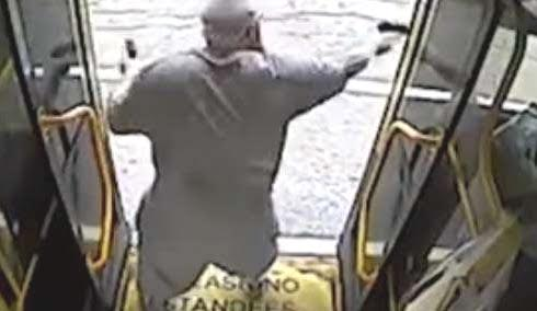 Asaltante con dos pistolas enfrenta policías; luego es acribillado ASI ESTA LA VAINA EN NY