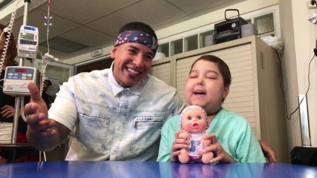 Daddy Yankee canta con niña enferma de cáncer