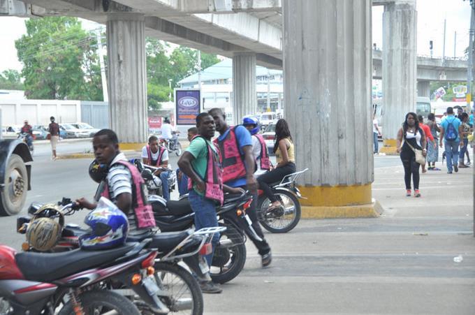 Haitianos mantienen sus posiciones en intersecciones de la Capital