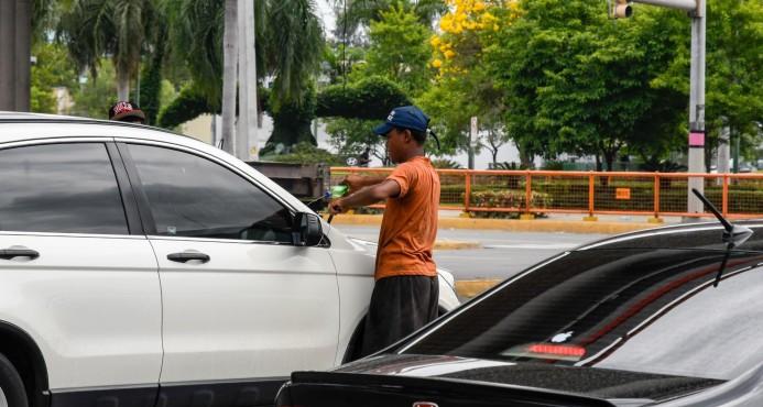 Sala Capitular prohíbe a los limpiavidrios operar en calles y avenidas del Distrito Nacional