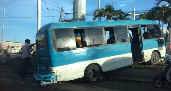 Accidente entre dos autobuses deja al menos cuatro heridos LOS PASAJEROS Y TRANSEUNTES PAGAN LAS ACCIONES DE ESTOS DELINCUENTES