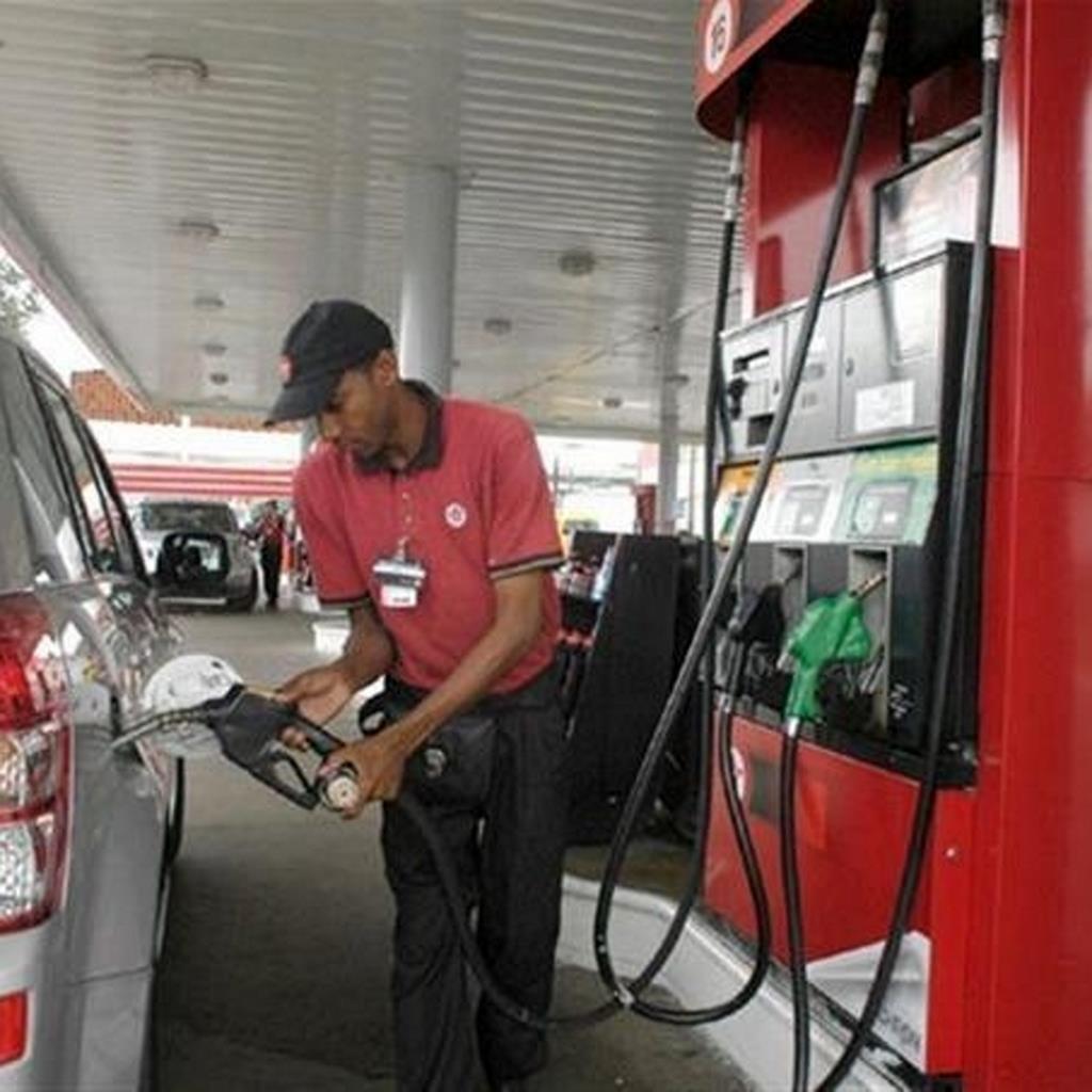 Todos los combustibles suben dos y tres pesos