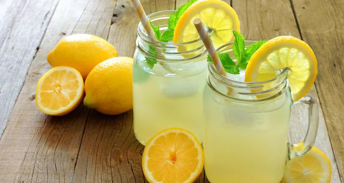 Multan niña por vender limonada sin licencia en Londres EN RD TODO EL MUNDO VENDE DE TODO Y NADIE DICE NADA   DIME RAPIDOOOOOOO
