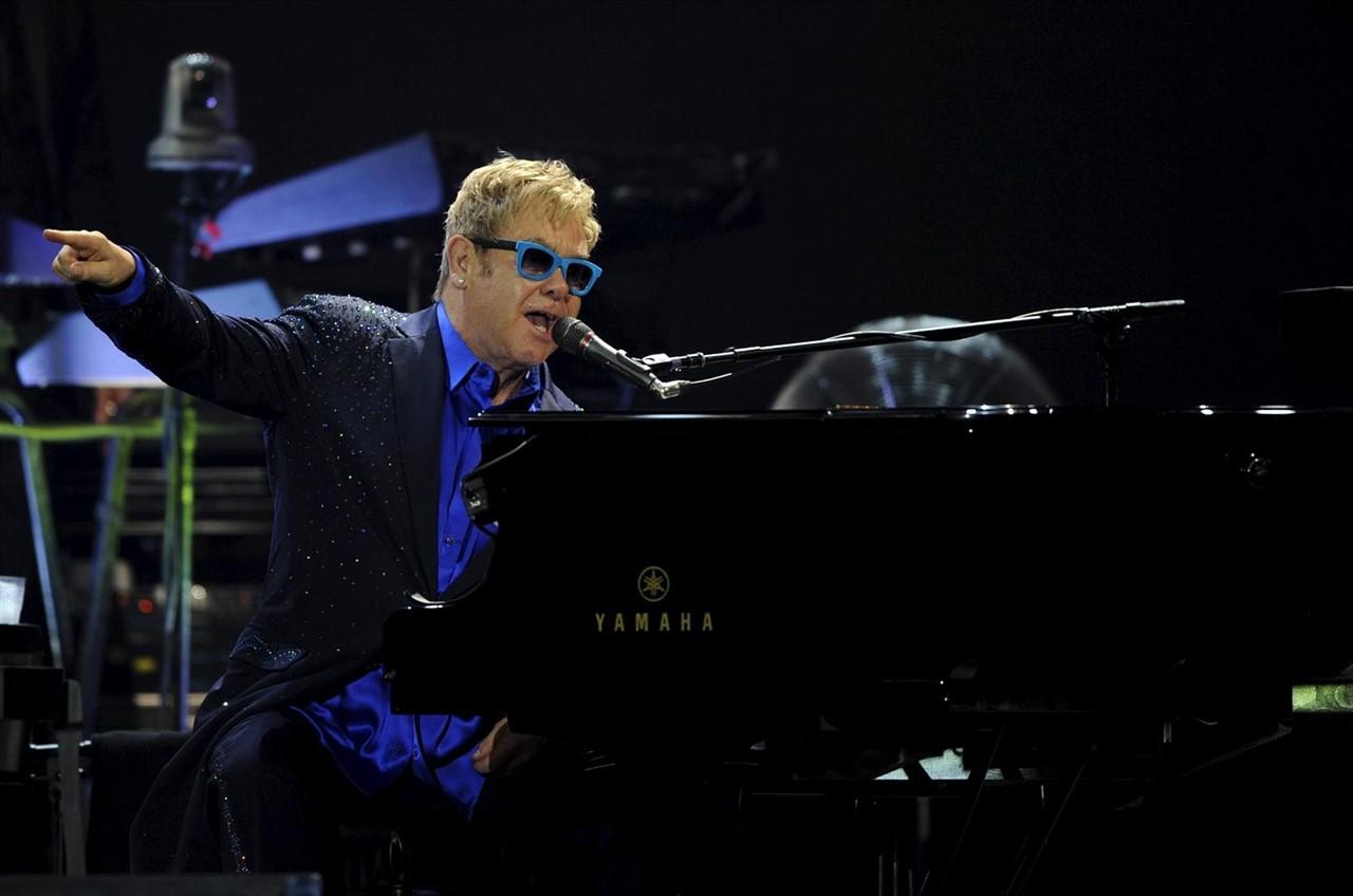 Elton John cuenta cómo la Navidad y un piano cambiaron su vida