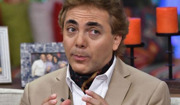 Cristian Castro admite que le gusta tomar leche en un biberón