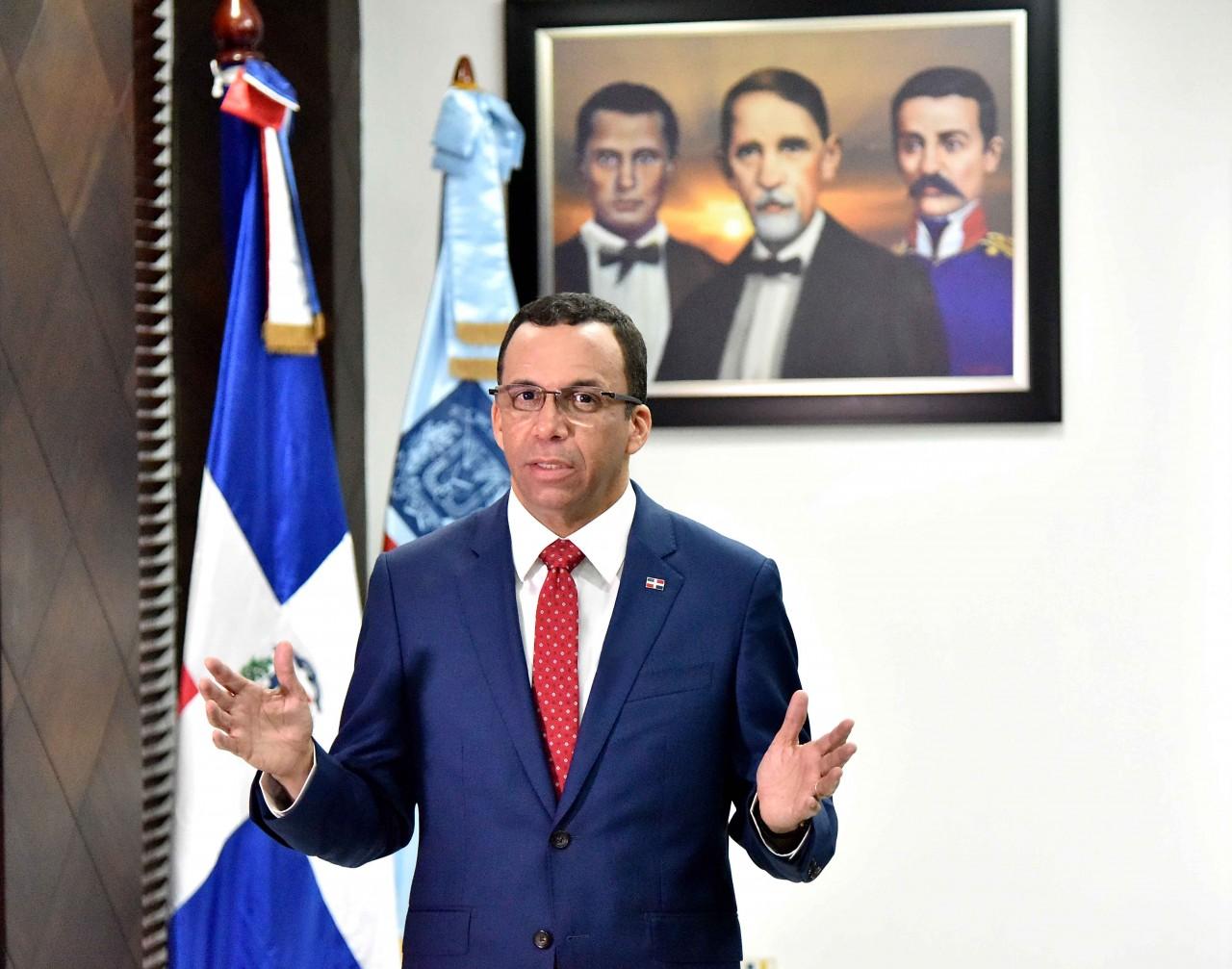 Ministro de Educación Andrés Navarro exhorta familias a enviar sus hijos puntualmente a la escuela este lunes 7 de enero