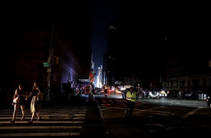 APAGÓN Nueva York La compañía eléctrica dice que cable defectuoso lo causó