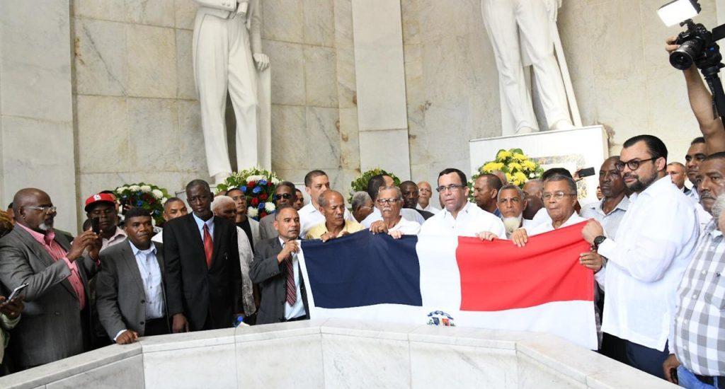 Navarro rinde tributo a los fundadores de la Patria en ocasión del Día de los Padres