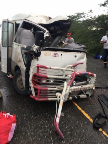 CHOQUE ENTRE PATANA Y AUTOBÚS en carretera Montecristi-Dajabón deja tres muertos y varios heridos de gravedad