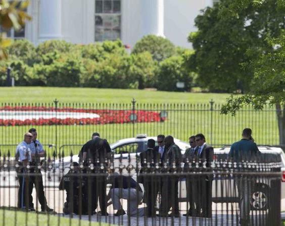 Detienen a un individuo que trataba de entrar a la Casa Blanca   NOTICIARIO DIGITAL #LARADIO247FM