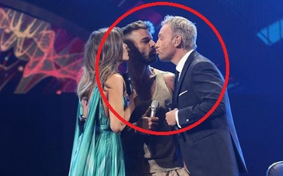 Ricky Martin besa a Martín Cárcamo presentador de Viña del Mar.